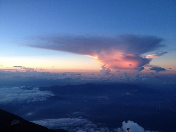 富士登山途中の壮大な雲夕焼け