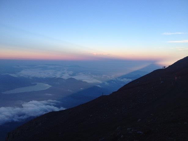 下山中の影富士