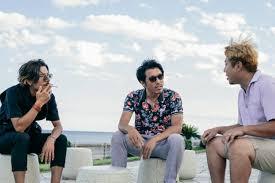 海辺で話すヤンチャ男性三人組