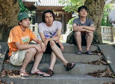 神社を背に美人とブス談義をする男性三人組