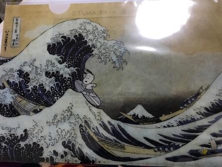 神奈川沖浪裏で波乗りするスヌーピー