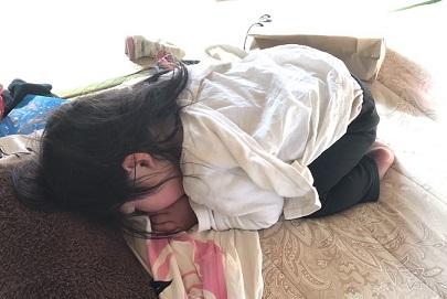 土下座ポーズでお昼寝する1歳児