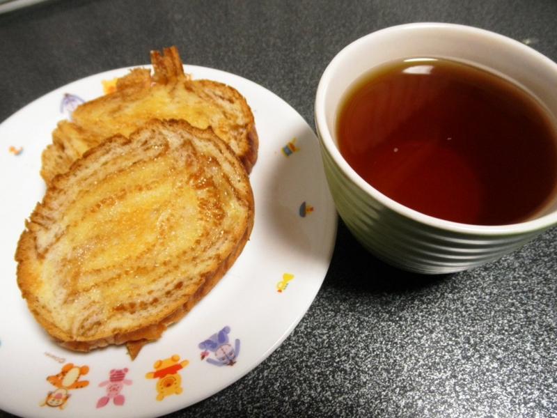 蜂蜜入りのパン&紅茶