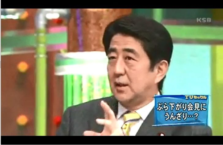 安倍総理 朝日新聞は4人も5人もぶら下がりで記者に質問させる