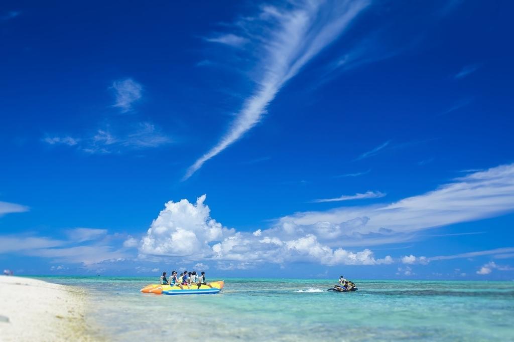 沖縄の海とバナナボートの観光客