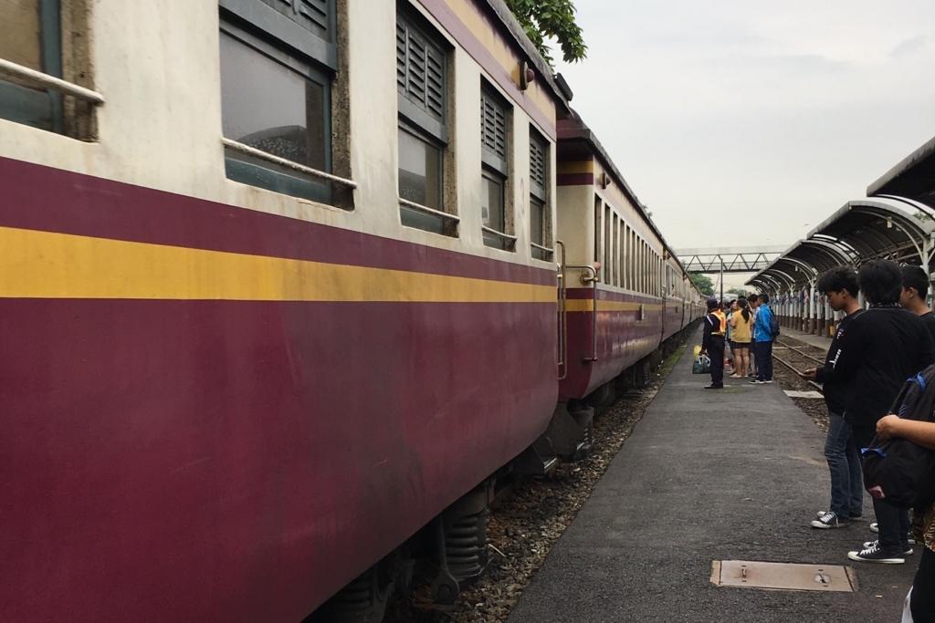 タイの危険な駅のホーム