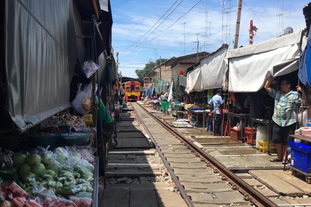 電車が来る直前のメークロン市場