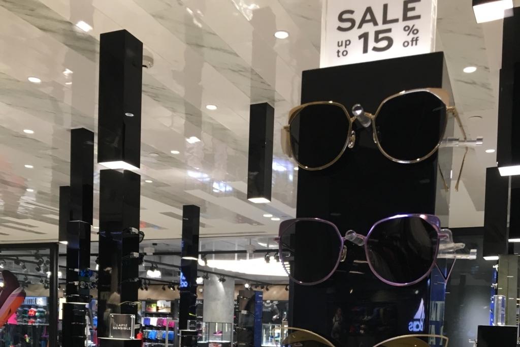 バンコクのすごい内装のメガネ屋