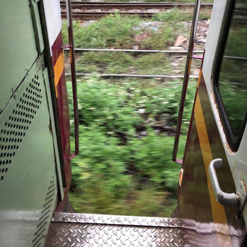 入り口が開けっ放しのタイの鉄道