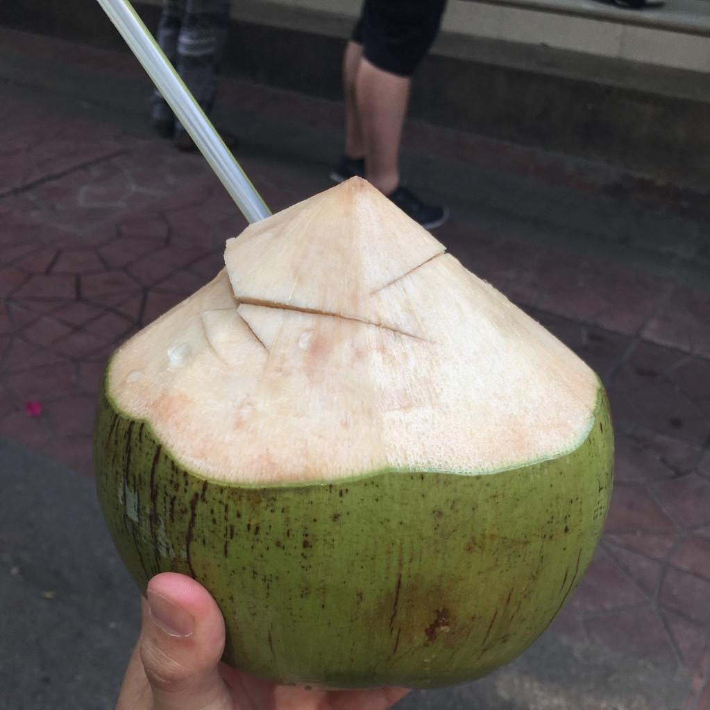 バンコクの屋台で買ったココナッツ