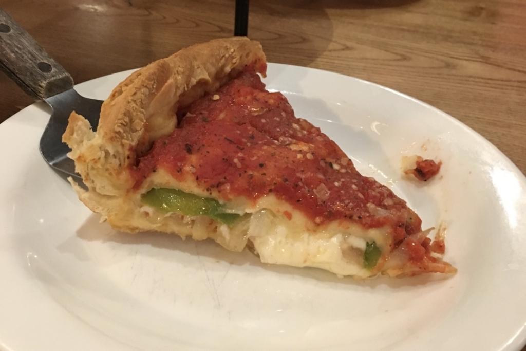 手で食べるチーズたっぷりのピザ
