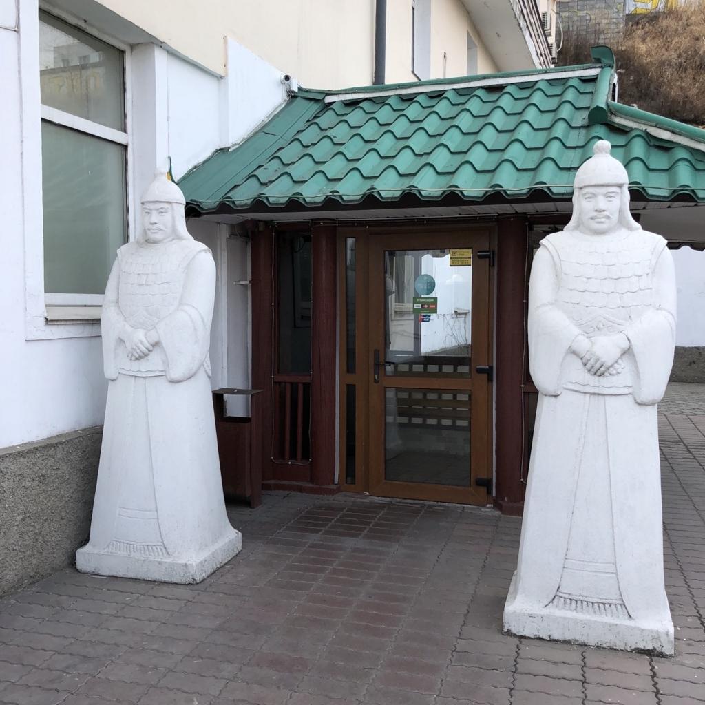 北朝鮮レストランの入り口にある2体の像