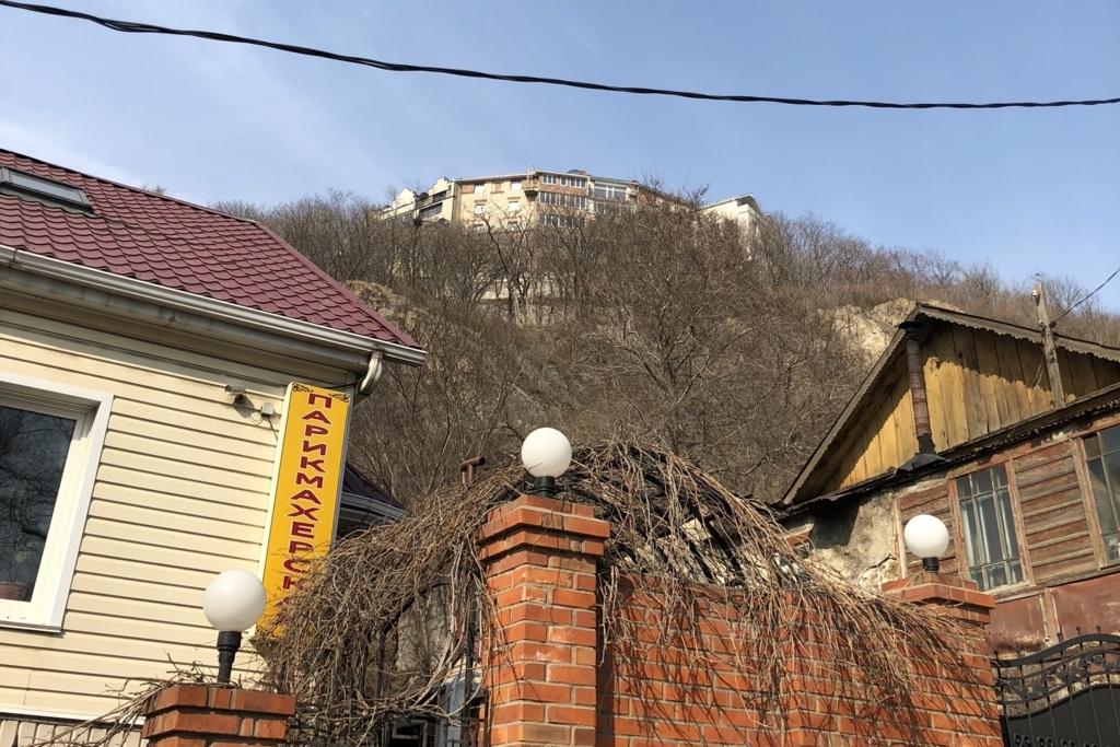 丘の上に見えるミニホテルグラール