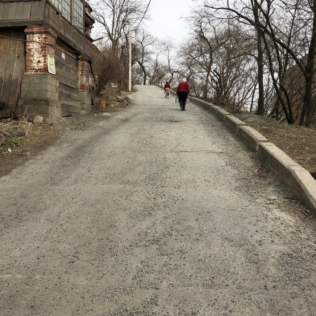 ウラジオストクのキツい坂をおばさんがペットボトル両手に登る