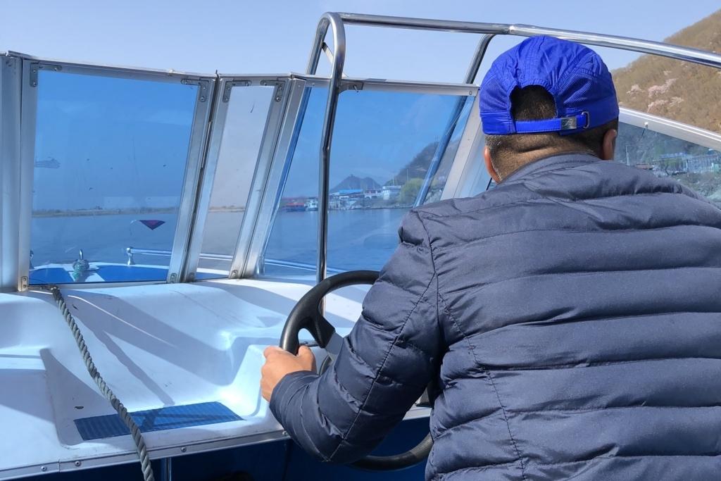 北朝鮮遊覧のボートを操縦してくれるおじさん
