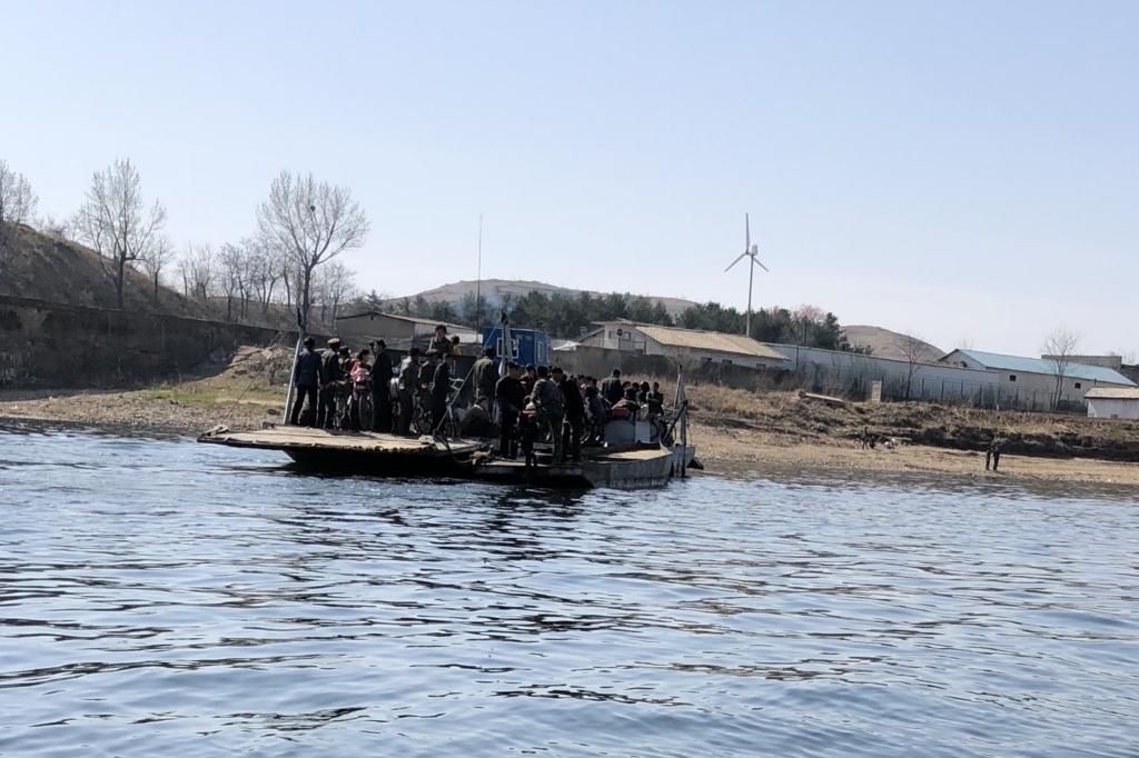 北朝鮮人がたくさん乗ったボロボロの船