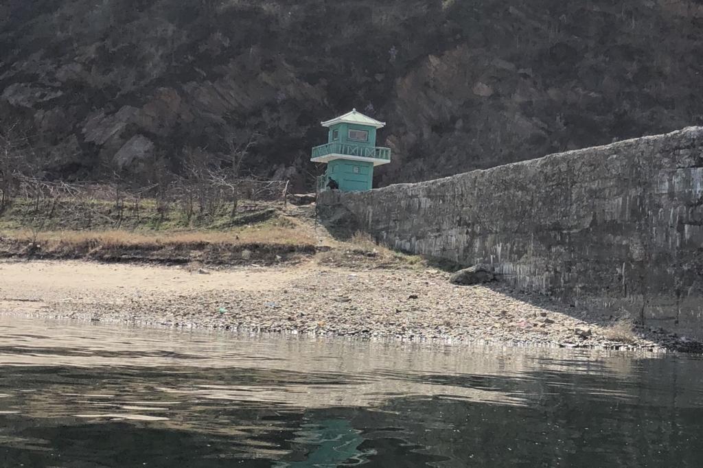 北朝鮮の川岸で叫ぶ人