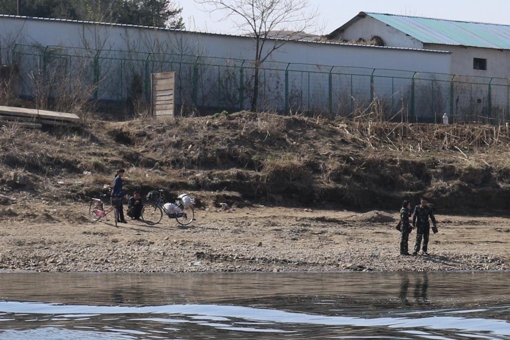 北朝鮮の川岸にいる人々