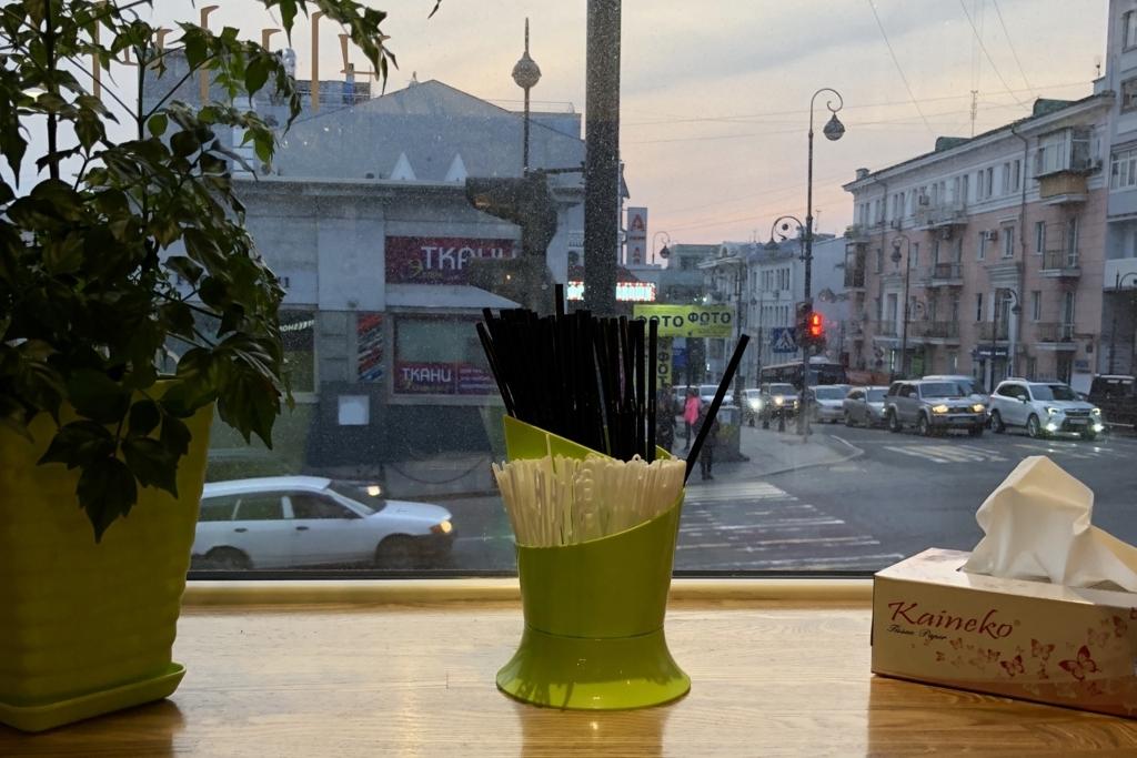 ウラジオストクのお店の中から外を見る