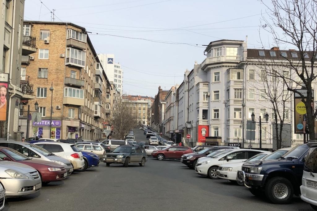 ウラジオストクの中心部の路駐してる車