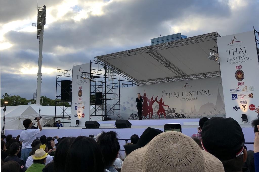 タイの有名歌手によるライブの様子