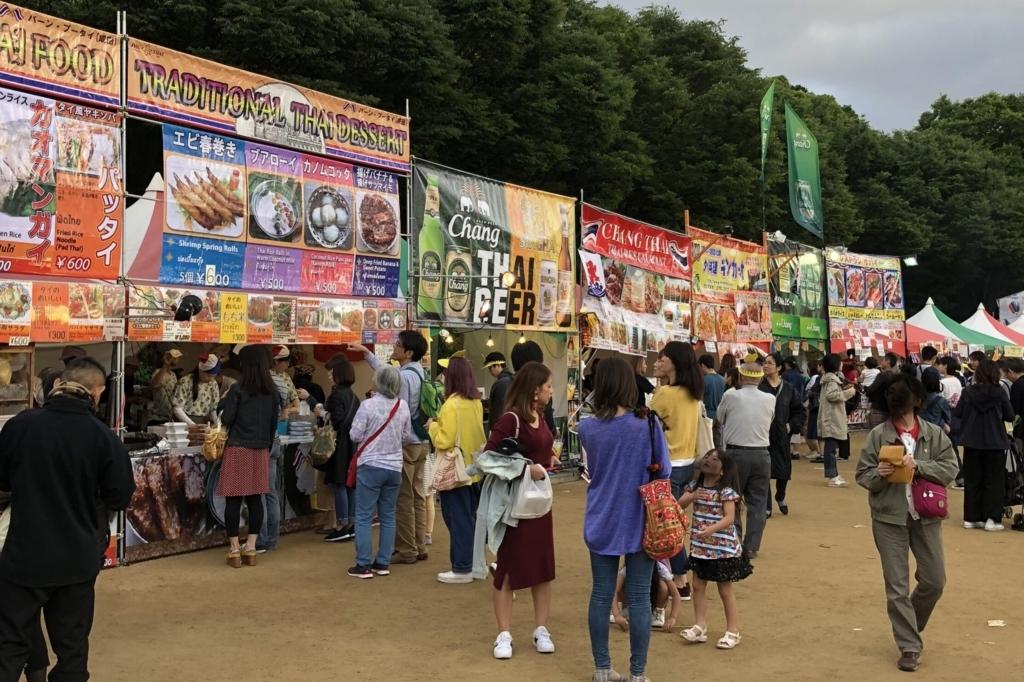 タイ料理の屋台が大阪城公園にたくさん並んでる様子