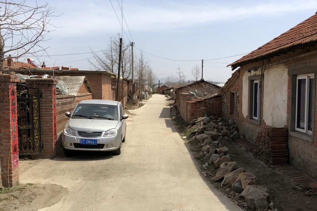 中国の田舎に車がある様子