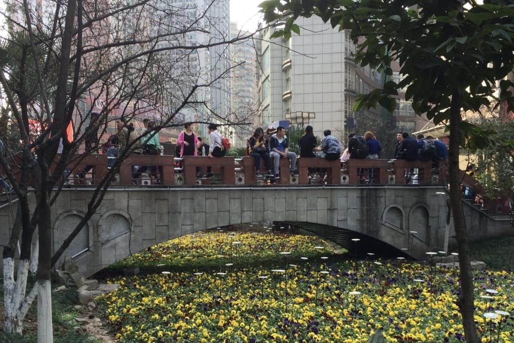 重慶の繁華街にかかる橋