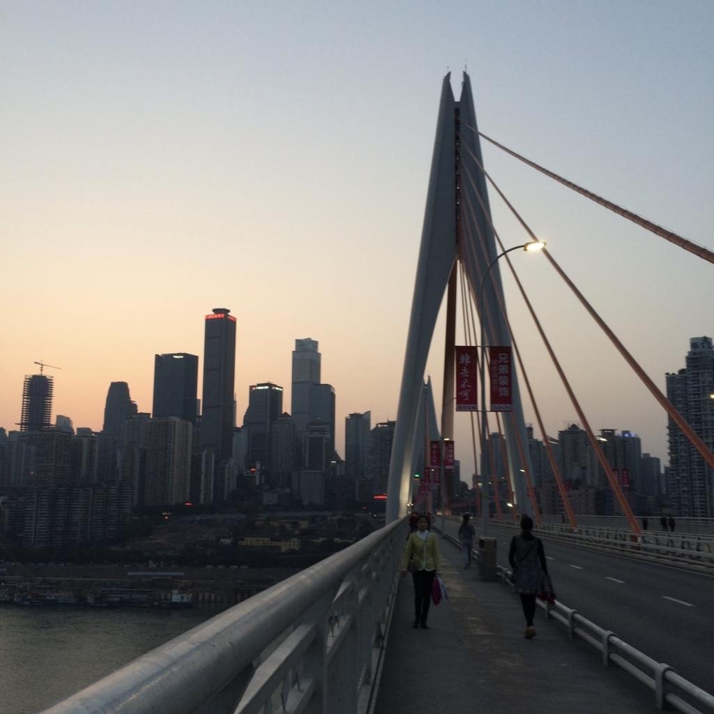 重慶の中心部を橋の上から