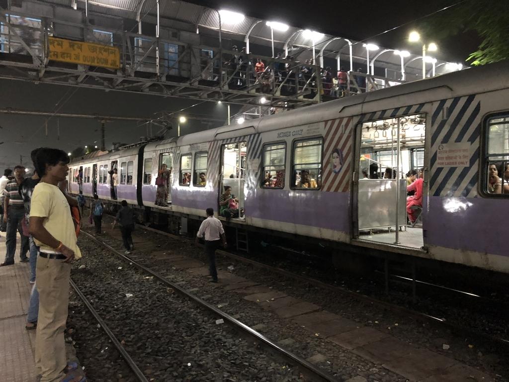 ドアが開けっ放しのインドの電車