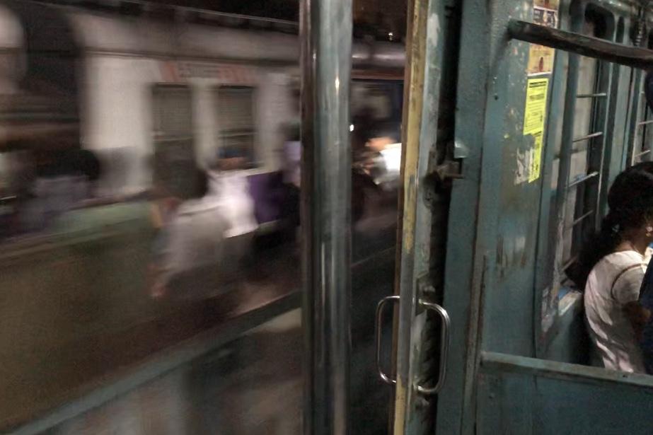 スピードを出すインドの電車