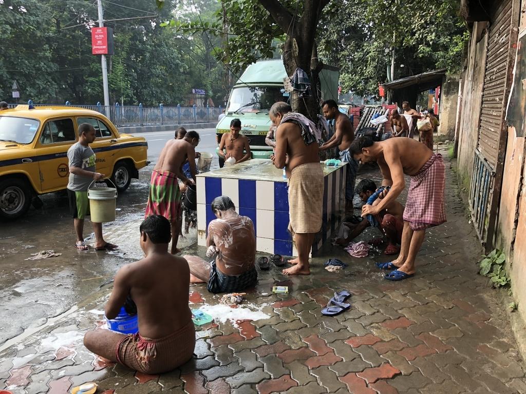 インドの路上にある浴場