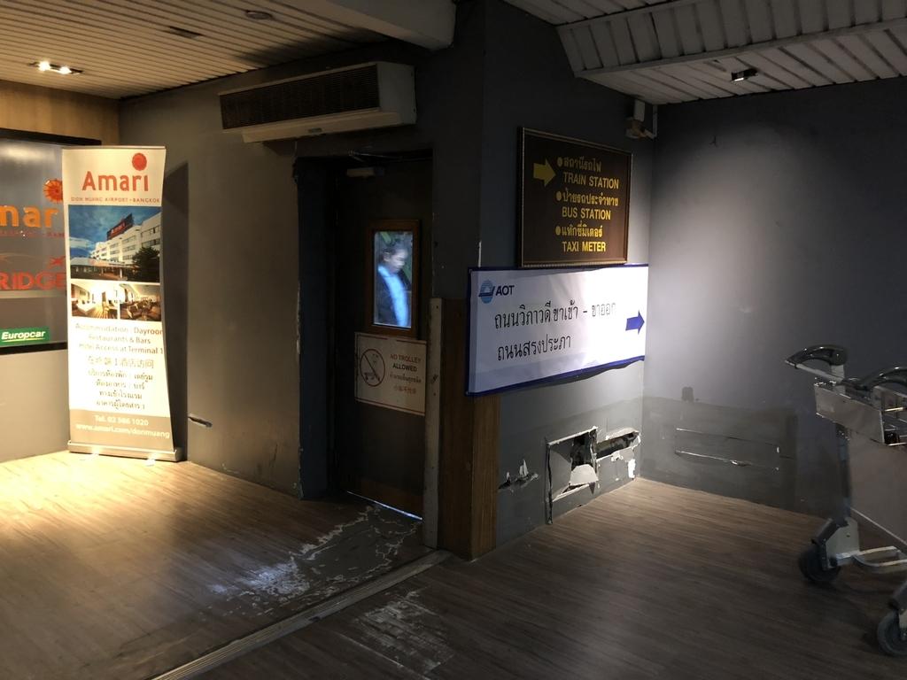 ドンムアン空港から鉄道駅へ向かう通路の途中の扉