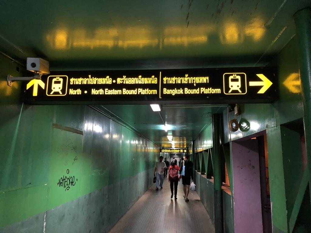 Bangkok Bound Platformと書いてある看板
