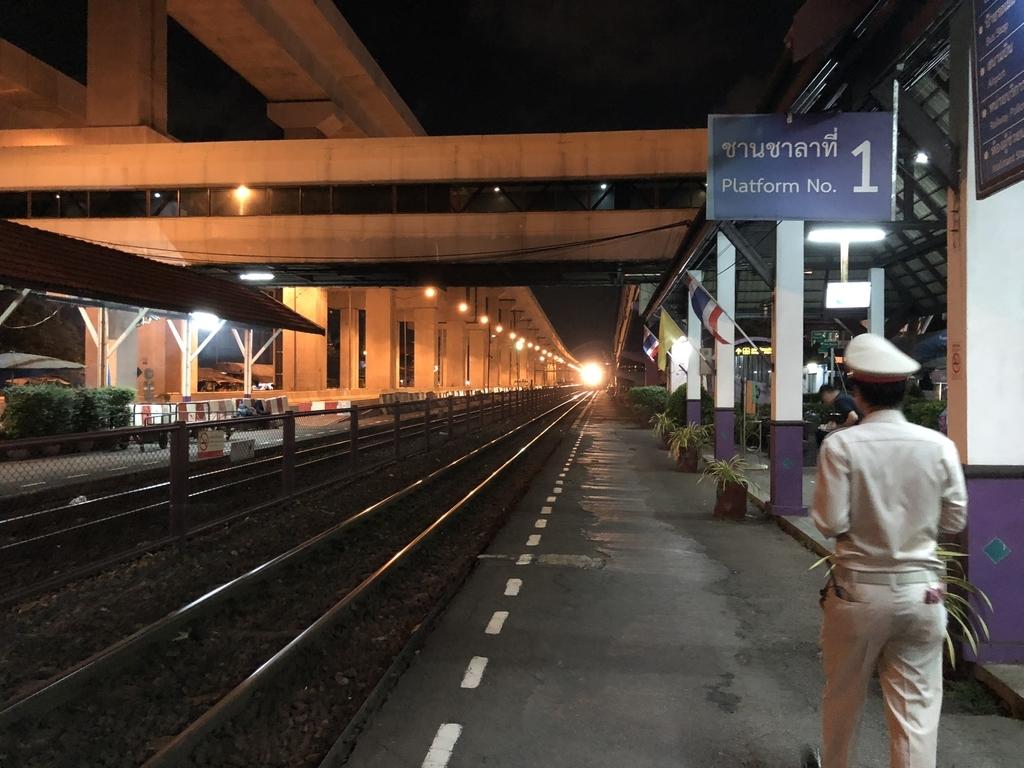 ドンムアン駅に進入する列車