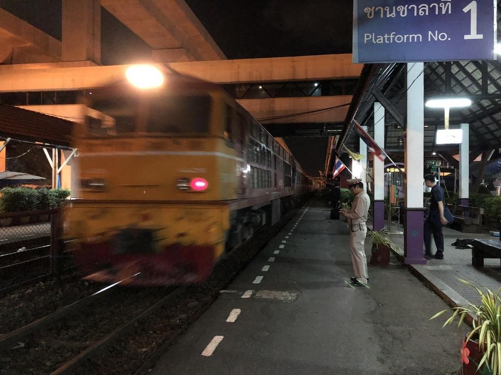 ドンムアン駅に到着した列車の先頭