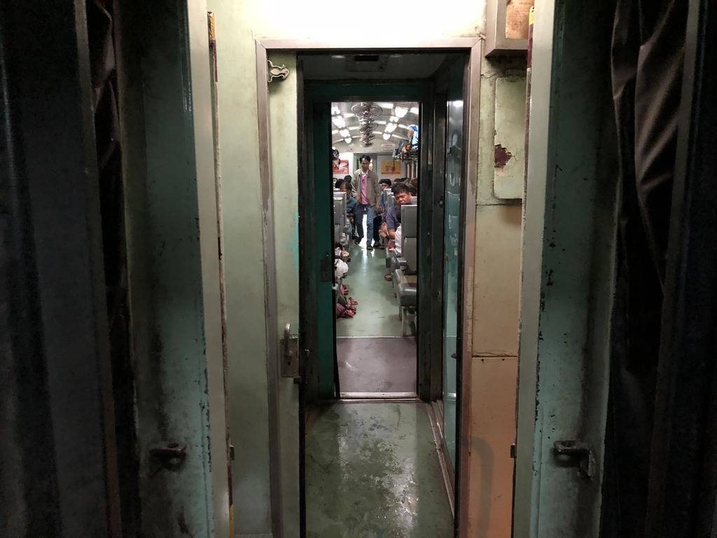 タイ国鉄の薄暗い車両連結部