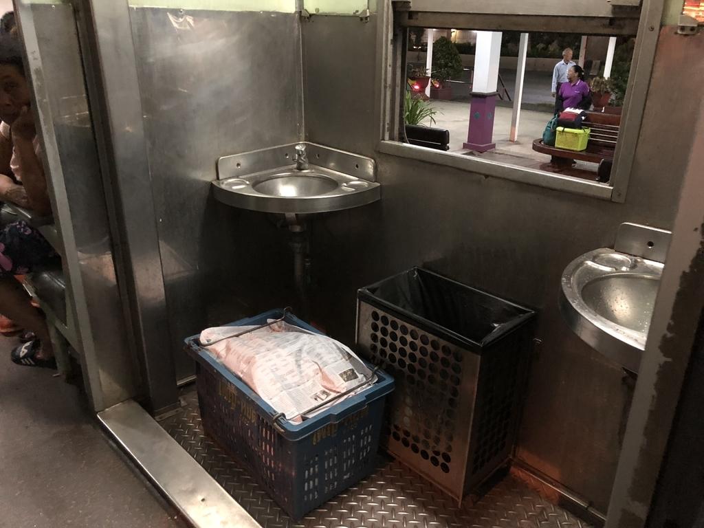タイ国鉄車内にある洗い場