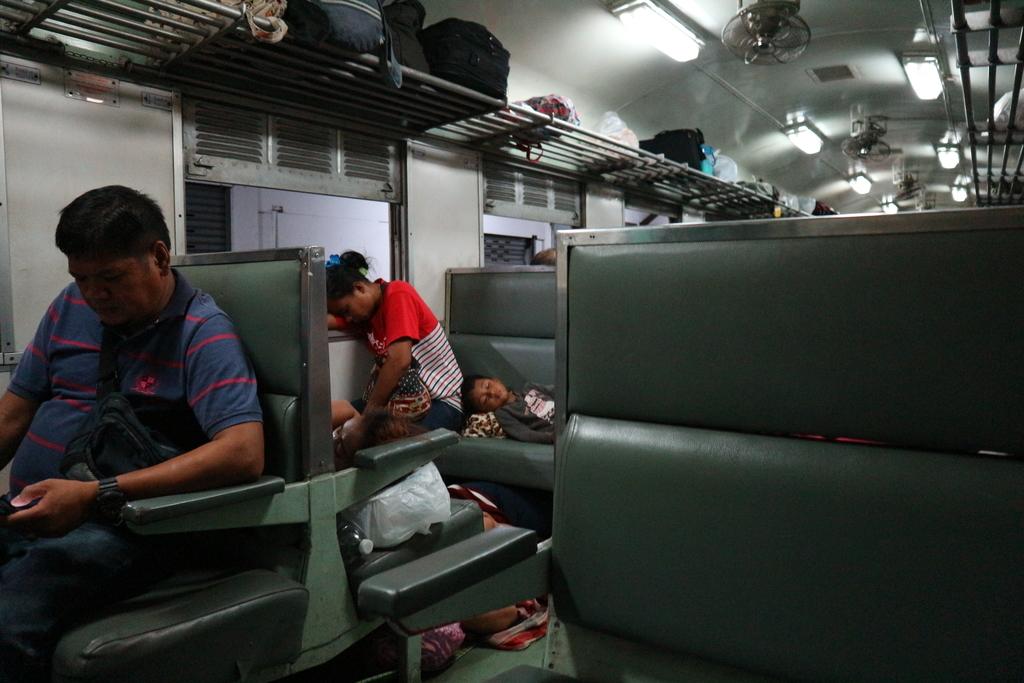夜行列車の中で寝てる家族
