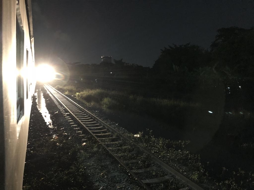 逆方面行きの列車とすれ違う