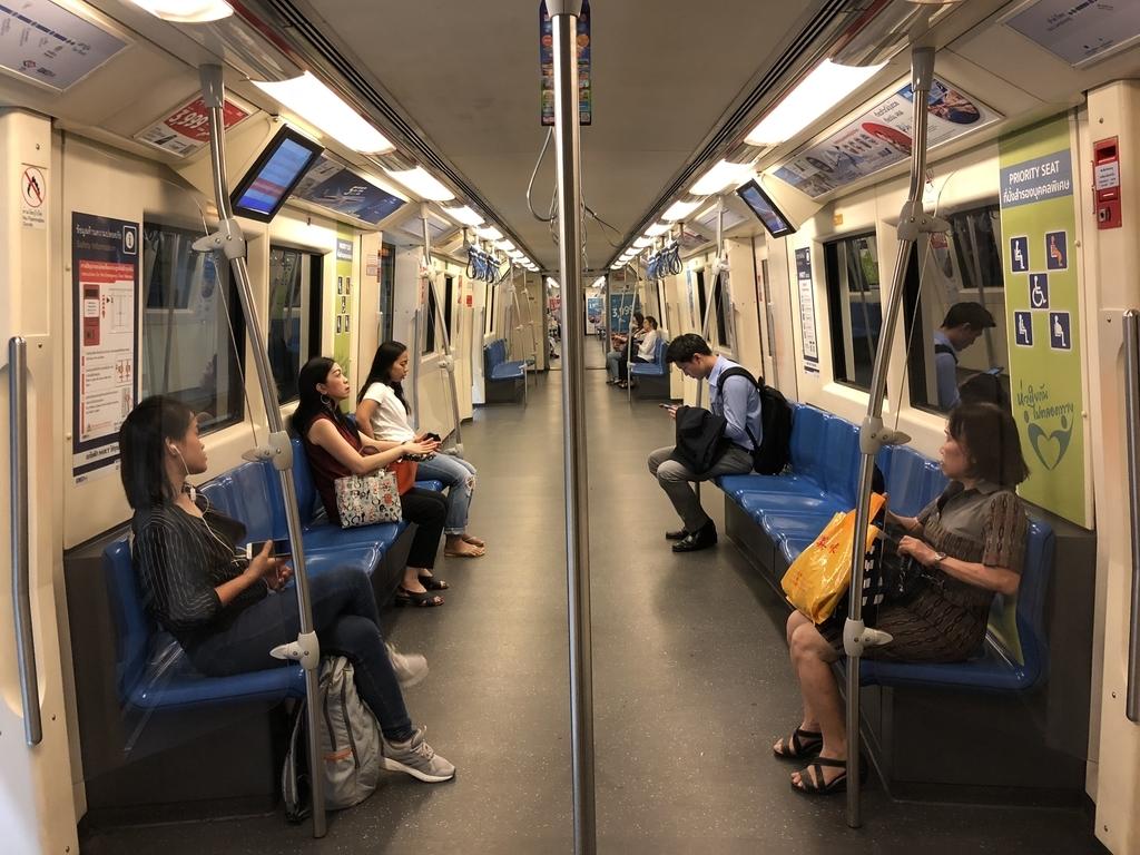 バンコクの地下鉄車内の様子
