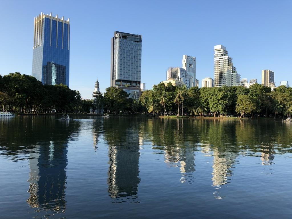 バンコク・ルンピニー公園の池越しに見る高層ビル群