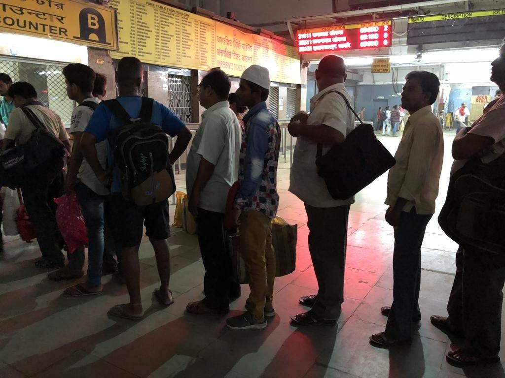 シアルダー駅で並んでる人々