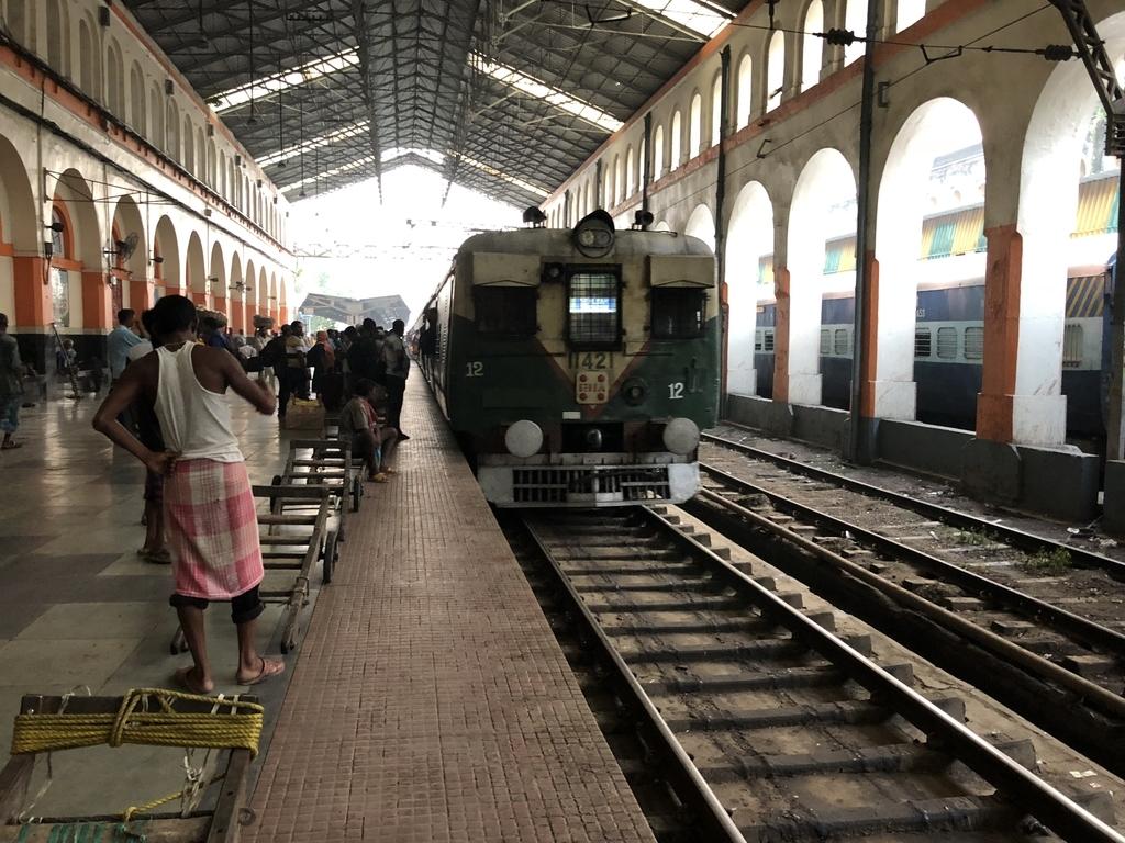 バンガオン行きの電車が到着