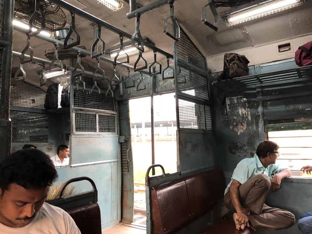 意外と空いてるバンガオン行きの電車の車内