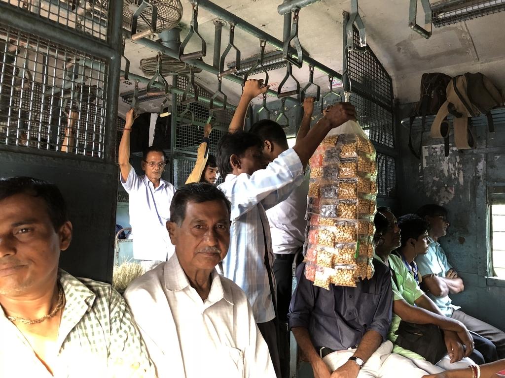 混雑してきたバンガオン行きの電車の車内