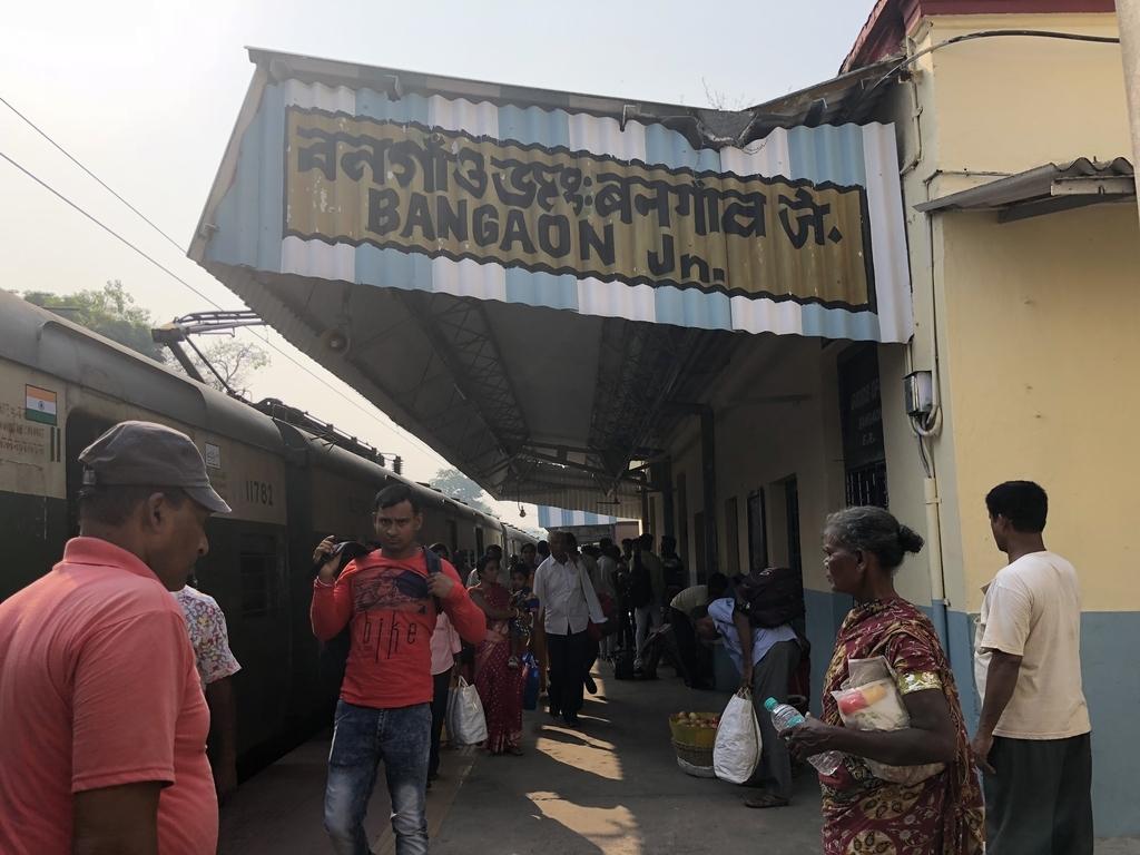 バンガオン駅に到着