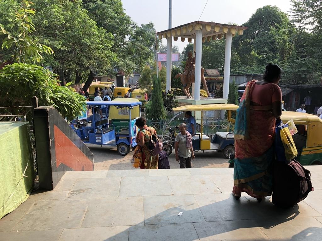バンガオン駅前にたくさんいるリクシャー