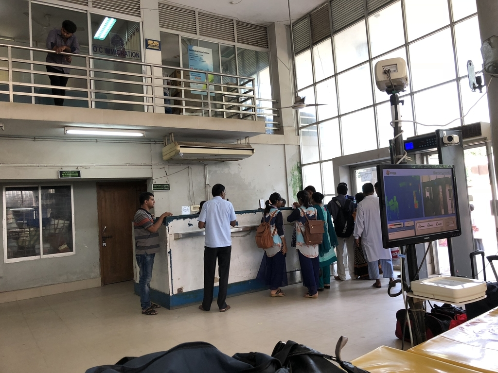 待ってる間にバングラデシュのイミグレに来る人々