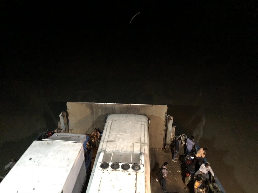 フェリーに乗ったバスを上から見下ろす